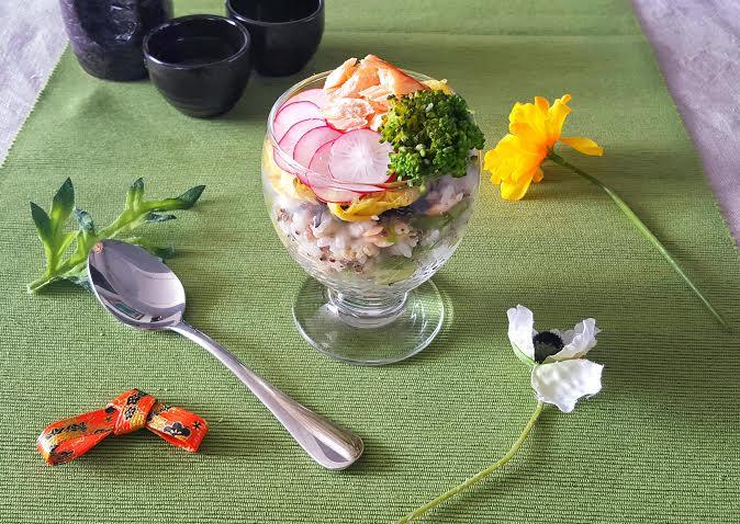 テーブルに花を添える、春のサーモンカップ寿司